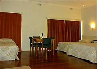 The Motor Inn hotel, Alice Springs - a friendly and affordable motel, only 600 metres from the Town Mall, on Undoolya Road in the quiet eastside of Alice Springs. This  studio serviced apartment is 0