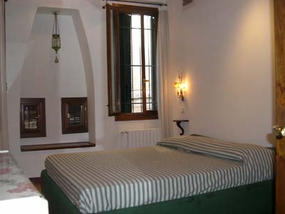 The area of this apartment is particularly artistic interest. Only a few minutes to the Campo dei Frari with the beautiful Gothic church of the Frari. The Great School of St. Rocco is also interesting