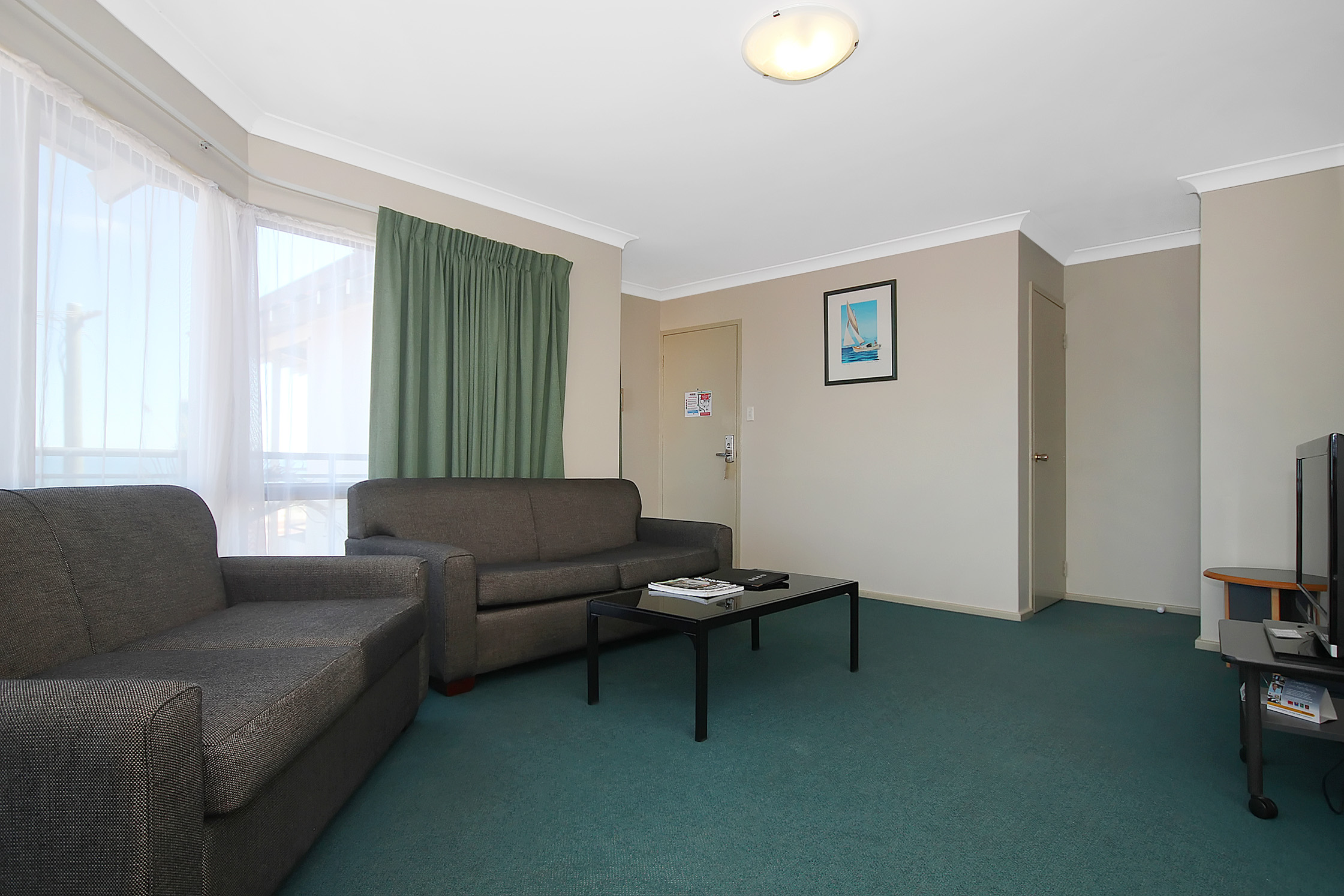 80 rooms and apartments, a short walk to Hillarys Harbour and 76 steps to the beach. Pool, Spa and BBq area with restaurant. This  two-bedroom serviced apartment is 60 sq.m ,  and can sleep 3 people m